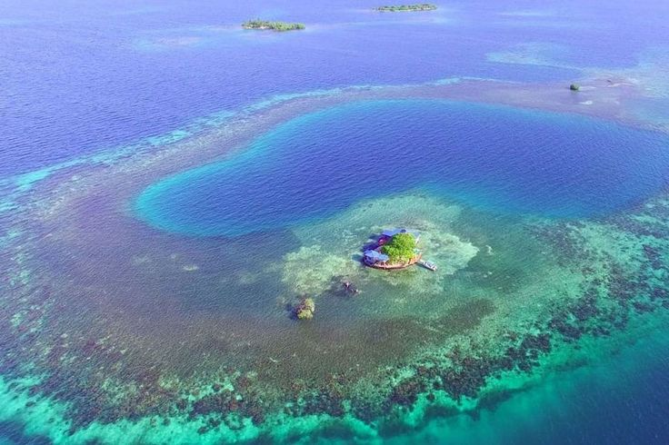 Ilha em Stann Creek Dist, Belize. Stay in a private island exclusively on a beautiful atoll, with excellent  swimming, snorkeling, kayaking or exploring - with all the comforts. Price includes transportation to and from island.  Bird Island, just 20 minutes away from the village o...