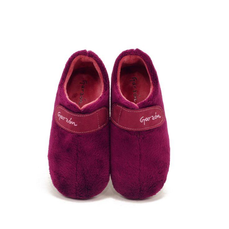 Zapatilla cerrada de estar en casa lisa con velcro. Zapatilla con suela de goma muy flexible, totalmente forrada interiormente y ajuste perfecto con velcro.