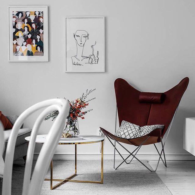 I denna pärla fick motiven 'Kvinnor' av @karinlager.art och 'Lilla baren' av @anna.morner en fin placering. Foto @mccann_sthlm för @nestorfastighetsmakleri - #wallofarthome #wallofart #tavelvägg #artprints #art #konst #poster #posters #prints #inredning #interiör #interior #inspiration #inspo #decor #decoration #styling #createachange #Regram via @wallofart.se