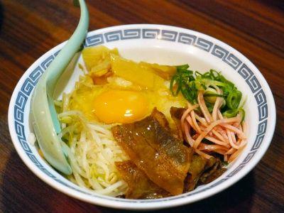 「徳島丼」も注文。甘辛く煮られた豚バラ肉と、紅しょうが、もやし、ネギ、メンマをご飯に乗せたどんぶりです。これに生卵を乗せていただきます。