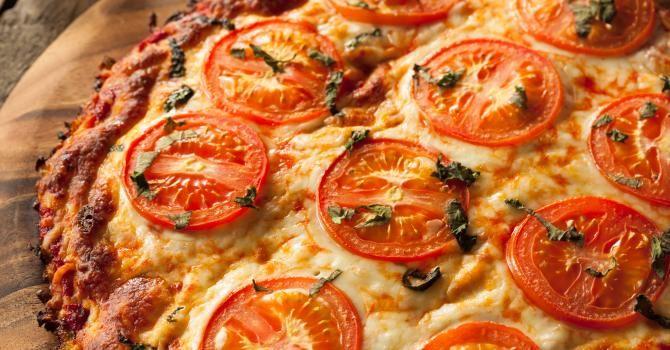 Recette de Pizza végétalienne au fromage de tofu sur croûte de chou-fleur. Facile et rapide à réaliser, goûteuse et diététique.
