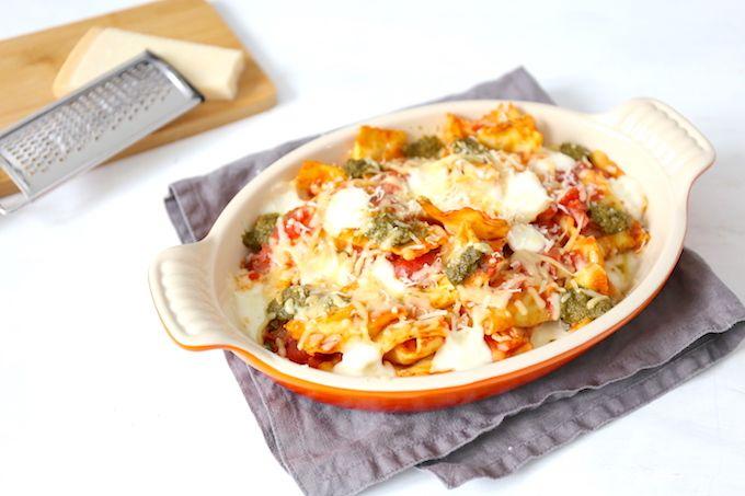 Op zoek naar een lekker, simpel en snel hoofdgerecht? Wat dacht je van een ravioli-ovenschotel met mozzarella? Echt een aanrader!