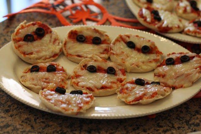 Recette de mini pizza momies pour Halloween, tomate, mozzarella, olives - Cuisines ces petites pizzas spéciales Halloween pour ton enfant, il va adorer! Une pizza party déguisée aux couleurs de la fête du 31 octobre, rouge sang, oeufs noirs et bandages de mozzarella.