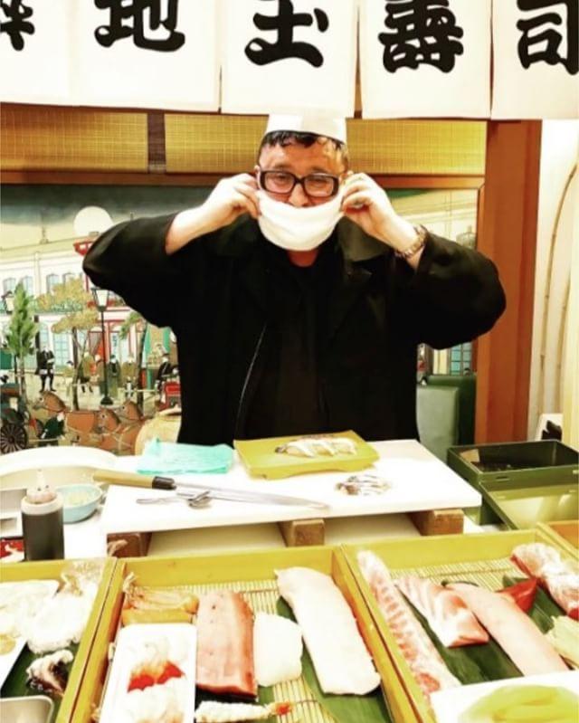 스시 장인이 된 알버 엘바즈? #컨버스 와의 협업 운동화 'Avant' 론칭 행사를 위해 도쿄를 찾은 알버! 바쁜 스케줄에도 불구하고 츠키지 시장을 찾아 스시의 참맛을 즐겼다는군요! 'Avant Converse' 는 올스타 모델 탄생 100주년을 기념해 총 6가지 디자인으로 3월 25일부터 일본 컨버스 매장에서만 구매할 수 있답니다. ( @alberelbaz8 @converse_jp Juyeon Woo) _ #AlberElbaz is in #Tokyo #Japan for the launch of his '#Avant' collaboration with #Converse. The designer enjoyed #sushi at the #TsukijiMarket. The '#AvantConverse' drops in six designs on March 25 exclusively at Converse #Japan stores. #Vogue #VogueKorea #寿司 #日本…