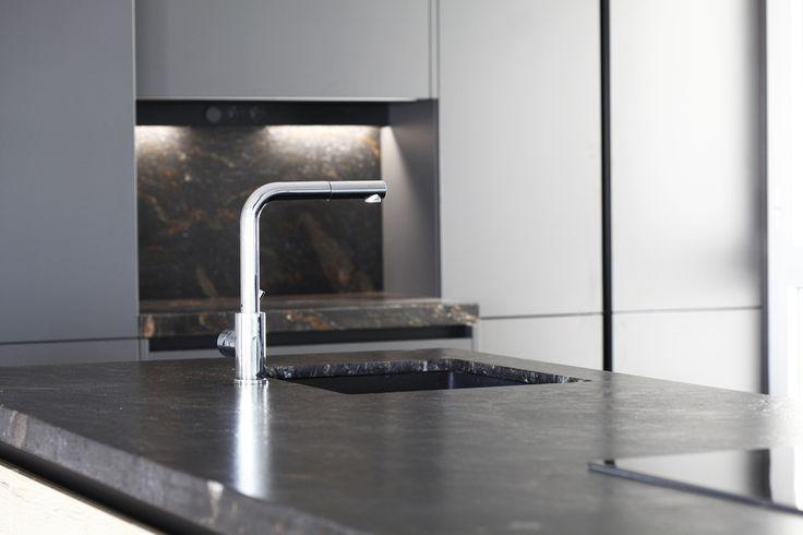 Bancada de granito envejecido con fregadero bajo-encimera.  #Cocimed #cocinas #Santos #cocinassantos #Diseño #Kitchen #industrial #modernas #Alicante