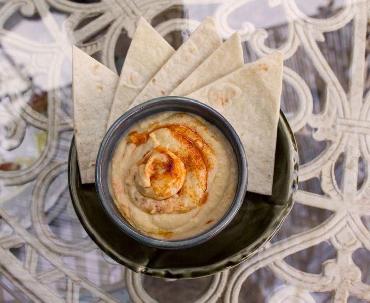 Hummus con pimentón y pan de pita.