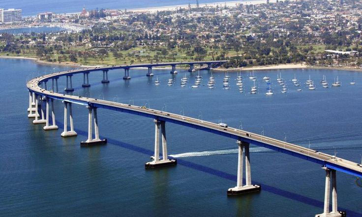 В США пикап рухнул с моста на толпу людей: есть погибшие http://kleinburd.ru/news/v-ssha-pikap-ruxnul-s-mosta-na-tolpu-lyudej-est-pogibshie/  В Сан-Диего (штат Калифорния, США) пикап рухнул с моста прямо на толпу людей. Об этом сообщает Associated Press. Трагедия произошла 15 октября. Водитель, передвигаясь по мосту между Сан-Диего и островом Коронадо, не справился с управлением. Автомобиль снес ограждение и выпал с высоты 20 метров прямо на палатку с гостями байкерского фестиваля La Raza…