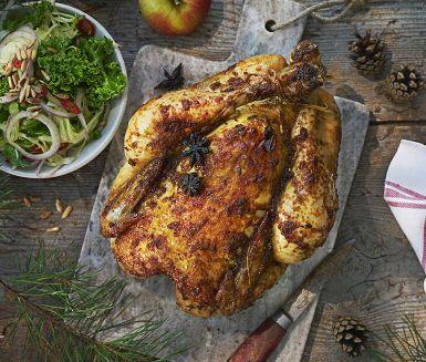 Den här härligt krispiga kycklingen får sin varma, underbara smak från en apelsinglaze kryddad med stjärnanis. Servera den apelsin- och stjärnanisglaserade kycklingen med sötpotatisstomp och en god grönskålssallad som även den innehåller apelsin.
