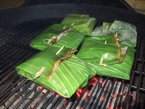 Grillen in bananenblad: maak heerlijke pakketjes van vis, groenten of kip. Maak de bladeren dicht met een prikker en gril tot de inhoud gaar is. Geen zin om pakketjes te maken? Leg het bananenblad op de barbecue om ook kleine ingrediënten als garnalen of kipblokjes te garen zonder dat ze door de spijlen vallen.