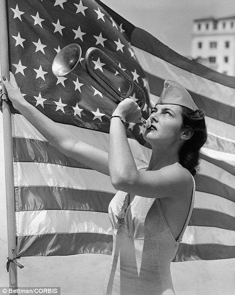 Alma Carroll, luciendo un casquete de la Armada, espera ser coronada  Miss America de la Defensa Nacional en 1934