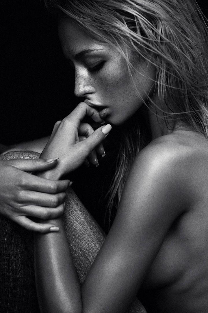 SENSUALIDADE É nas palavras Que eu sinto a minha intimidade Que me liberto E visto-me de verdade Na ternura dos desejos Na doçura dos teus beijos Envoltos de sensualidade Onde sustento os sonhos Flutuo no teu corpo e respiro o poema Que percorre a minha pele Num verso de amor