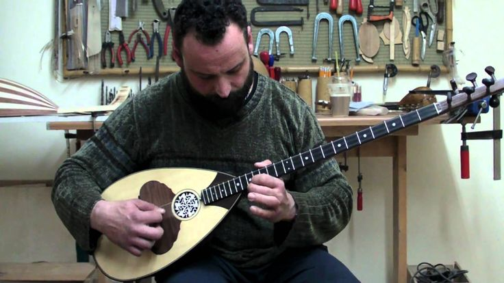 To sakkaki,Old style bouzouki played by Mitsaras,made by D.Rapakousios