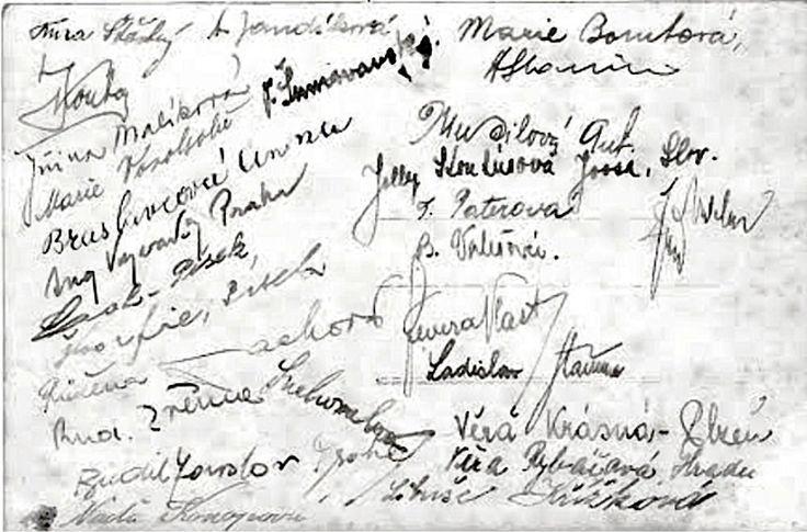 Někteří z účastníků letní školy esperanta v Doksech se podepsali na pohlednici boleslavskému esperantistovi Tomanovi.
