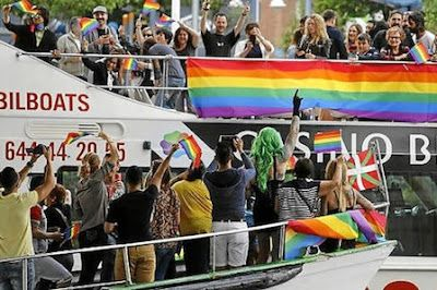 El gran arco iris multicolor de la ría de Bilbao. Varias embarcaciones desfilaron ayer por primera vez por el nervión para celebrar la fiesta del orgullo gay. Eider Nafarrate   Deia, 2016-06-26 http://www.deia.com/2016/06/26/bizkaia/bilbao/el-gran-arco-iris-multicolor-de-la-ria-de-bilbao