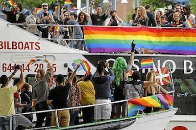 El gran arco iris multicolor de la ría de Bilbao. Varias embarcaciones desfilaron ayer por primera vez por el nervión para celebrar la fiesta del orgullo gay. Eider Nafarrate | Deia, 2016-06-26 http://www.deia.com/2016/06/26/bizkaia/bilbao/el-gran-arco-iris-multicolor-de-la-ria-de-bilbao