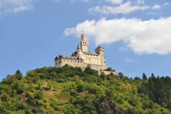 A arquitetura Romanica lembra fortes e castelos. Construidas geralmentea em montanhas ou ao redor de rios.