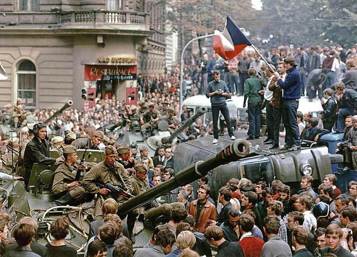 Het volk verzette zich misschien niet met de wapens, maar zeker wel symbolisch en verbaal. Bij massabetogingen tegen de interventie werden er met Tsjechische vlagen gezwaaid, tanks werden omsingeld door enorme volksmassa's, die de soldaten uitscholden en vernederden. Er vielen verschillende, maar niet heel veel doden, meestal doordat ze door tanks overreden werden. De afkeer tegen de invasie was overal in de wereld groot.