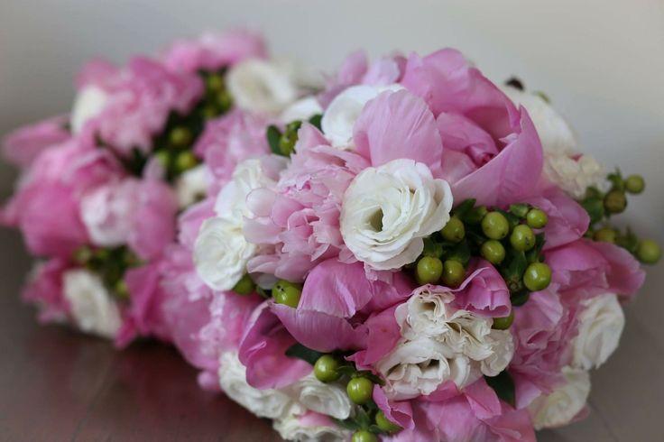 Peony roses, berries vand lisianthus @weddingflowersetc