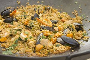 Arroz con pollo, mariscos y pejibaye al disco | Sabores en Linea