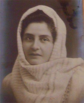 Elena Farago(pe numele de fată Thomaide) s-a născut pe 29 martie 1878 la Bârlad într-o familie cu rădăcini grecești. După moartea timpurie a mamei, în 1890, fiind cea mai mare dintre fete și cea de-a doua ca vârstă dintre toți frații a trebuit să aibă grijă de ceilalți, dezvoltându-și astfel sensibilitatea și înțelegerea față de…