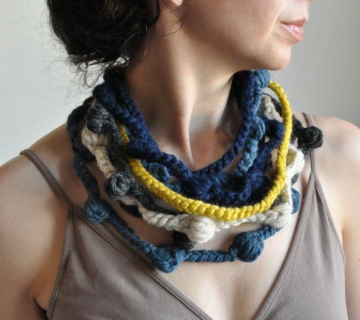 collana fatta all'uncinetto con lana di diversi colori