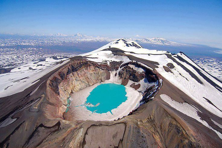 The #Kamchatka Peninsula, Russia MALY #SEMIATCHIK - We wschodniej Kamczatce, 15 km od czynnego wulkanu Karymsky znajduje się aktywny wulkan Maly Semiatchik o wysokości 1560 metrów. Na wulkan składa się szeroka na 10 km kaldera oraz jezioro w kraterze Troitsky. Maly Semiatchik obejmuje trzy stratowulkany: Paleo-Semiatchik (najstarszy, 1560 m), Meso-Semiatchik o częściowo wypełnionym kraterze oraz Ceno-Semiatchik z aktywnym kraterem Troitsky i termalnym jeziorem kwasu.