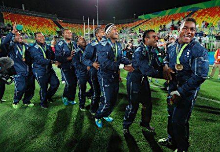 金メダルのフィジーチーム :フォトニュース - リオ五輪・パラリンピック 2016:時事ドットコム