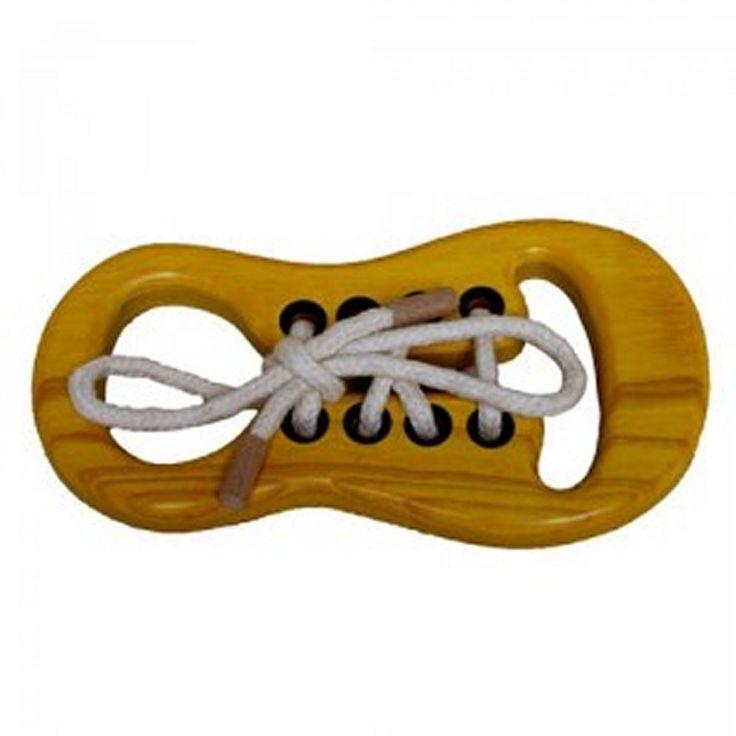 Zapato de madera disponible en varios colores. Ideal para los niños que inician el aprendizaje de atarse los cordones. Desarrolla la motricidad fina y es didáctico. Teñido con tintes no tóxicos.   http://www.artesania-alla.es