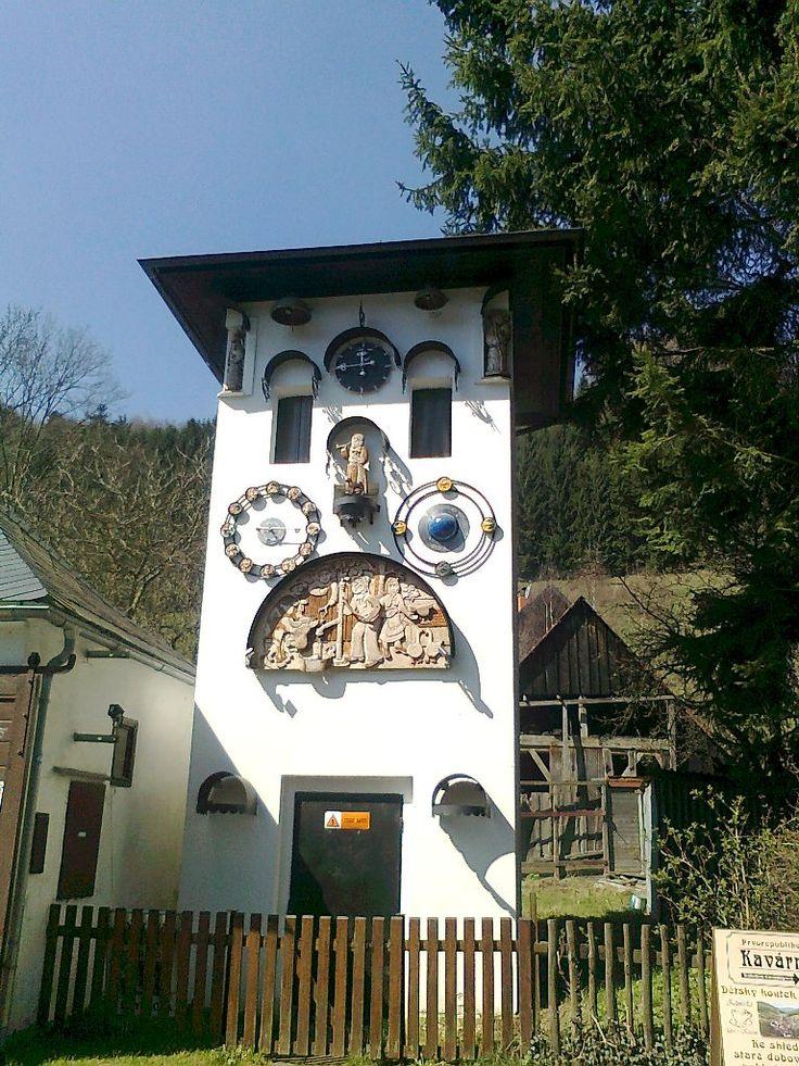 Orloj v provozu od roku 2011, má zařízení znázorňující fáze Měsíce a znamení Zvěrokruhu - Kryštofovo Údolí - Liberecko - Česko