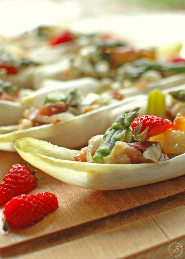 łódeczki z cykorii faszerowane szparagami, młodymi ziemniakami i szynką serrano - zielony środek