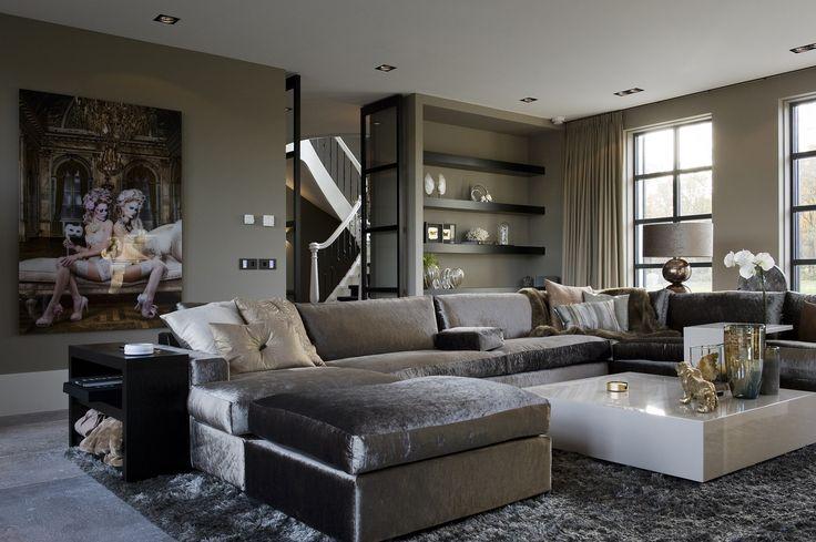 Dat dit een woning is van levensgenieters is wel duidelijk! In deze banken kunt u heerlijk wegzakken en volop relaxen. De warme, rijke materialen geeft deze woning een flinke dosis glamour!