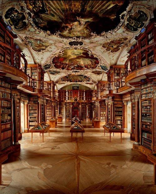 ザンクト・ガレン修道院図書館(スイス) photo by Ahmet Ertug