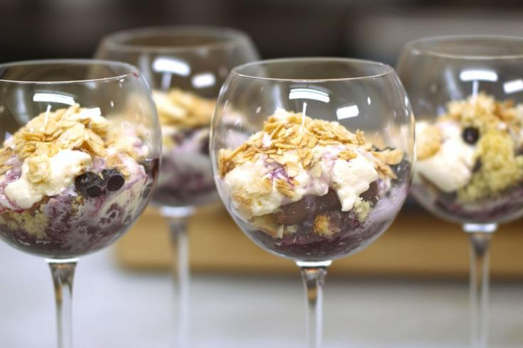 Jeroen maakt een dessert-in-laagjes dat je probleemloos op voorhand kan bereiden en koel bewaren. Malse stukjes botercake krijgen het gezelschap van een luchtige mousse op basis van mascarpone, een compote van blauwe bessen en gekarameliseerde schilfers van amandelnoten. Serveer het dessert in hele grote wijnglazen of hoge waterglazen.