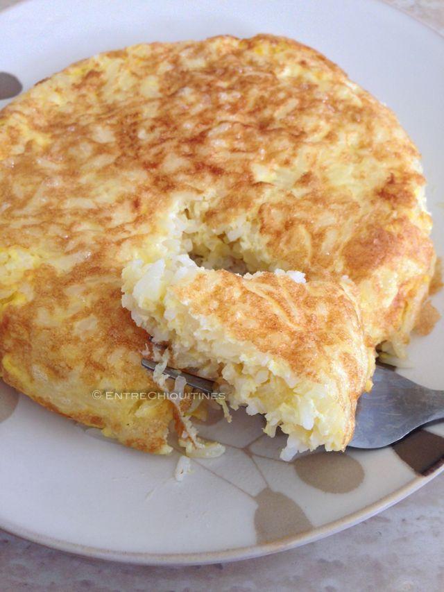 Si te ha sobrado en casa arroz blanco del día anterior, prueba a preparar esta deliciosa tortilla de arroz que es ideal para una cena rápida acompañada, por ejemplo, de una ensalada. En casa la preparamos solo con arroz y huevo, pero si tus peques aceptan otros ingredientes, puedes añadirle queso, bacon, atún, cebolla…. INGREDIENTES …