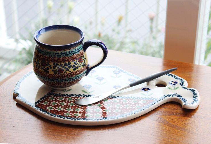 ポーランド(ボレスワヴィエツ陶器) カッティングボードはトレイとして使っても可愛いですね♪ 今回はブラウン系でそろえてみました! ・マグカップ(ボレス) ・カッティングボード(ボレス) ・バタースプレッター(クチポール) #雑貨 #柳井市 http://www.paysage.jp ライフスタイルショップ ギフト PAYSAGE / ペイザージュ LINE@ ID: @paysage