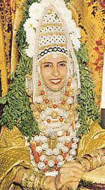 "Yemenite Jew Bribal Outfit - Wikipedia Yemenite & Eastern Jews also incorp. henna ceremony; Paste is placed on the bride & groom's palms & their guests.    Yemenites had a special affinity for Henna due to biblical & Talmudic references. (Camphire) / in the Song of Solomon, & Talmud."" My Beloved is unto me as a cluster of Camphire in the vineyards of En-Gedi"" Song of Solomon, 1:14"