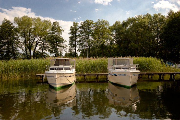 Hausboote im Hafen in Masuren  http://masurenrad.de/x.php/1,385/Hausbootcharter.html  #hausboot #hausbootferien #polen #urlaub #bootscharter #führerscheinfrei #urlaub2015 #hausboote #masuren #calipso #walkaround #bootsurlaub #bootscharter