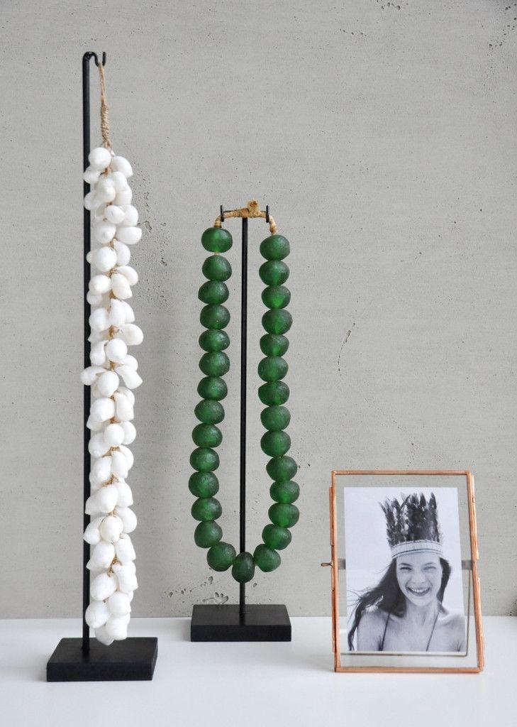 Objecten, glazen ketting, fotolijstje en schelpenketting via Stockhome.nl #BohemianInterior #Stockhome #Stockhomeshop #interiorWebshop