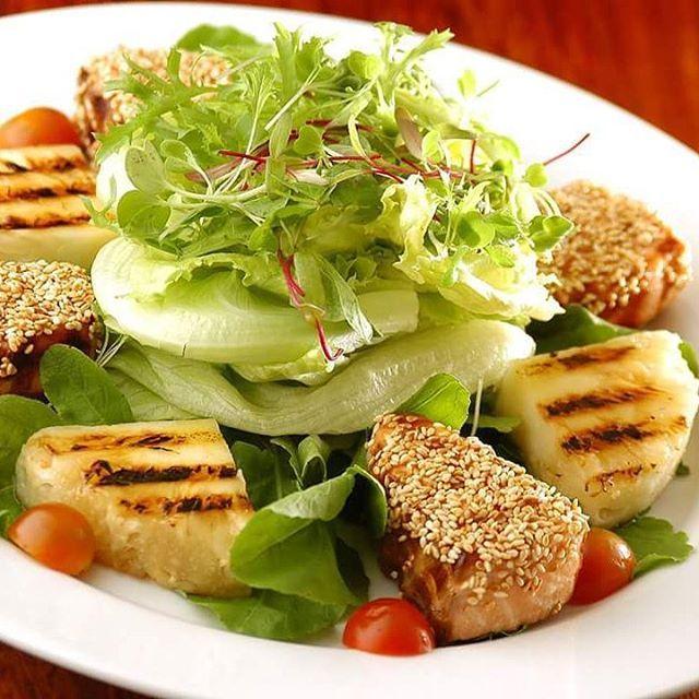 Para comecar bem a semana: Carmel : salmão com crosta de gergilim , abacaxi grelhado, alface, rúcula e tomate cereja