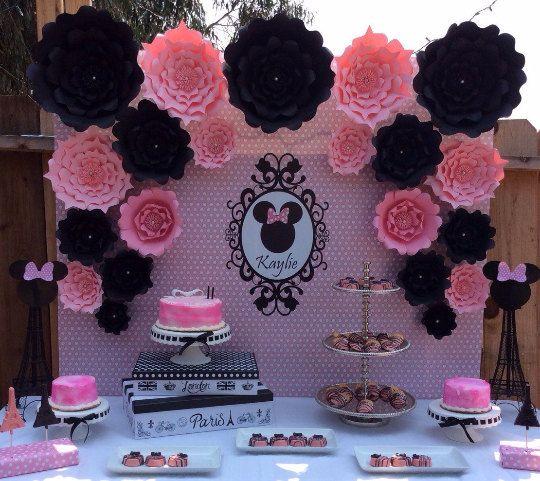 stand decorado con flores