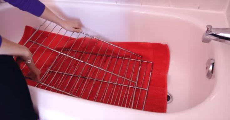 Elle met les grilles de son four dans la baignoire... Vous n'allez jamais oublier cette astuce ! • Quebec echantillons gratuits