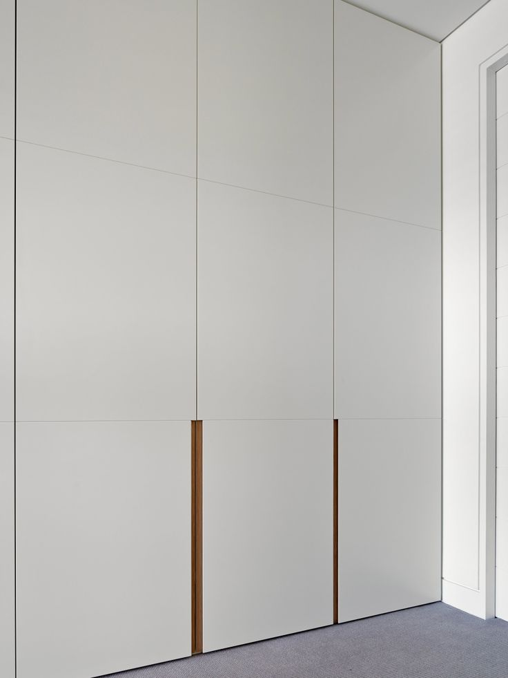 *detalhes da porta para guarda roupa casal: frizos e puxador bronze.