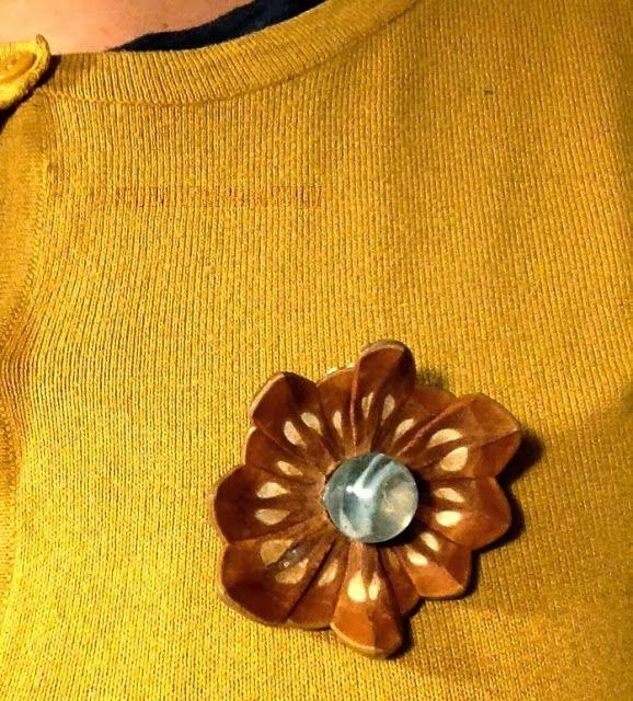 Brosche aus einem Stück Pinienzapfen und Murmel / Brooch made of a part of a pine cone and a marble