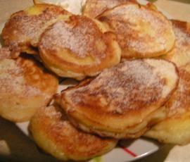 Racuchy z jabłkami : Składniki: 2 jajka 1 łyżeczka cukru 2 szczypty soli 1 łyżeczka sody oczyszczonej 2 szklanki zsiadłego mleka 3 szklanki mąki 3 duże jabłka olej do smażenia. Przepis na Racuchy z jabłkami