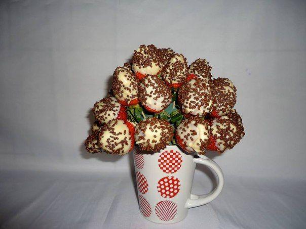 MUG DE FRESAS EN LLUVIA DE CHOCOLATE. Fresas frescas, chocolate de cobertura blanco con lluvia de chispas de chocolate negro. $50.000