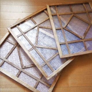 オシャレなカフェで見かけたり、ドラマの中でもよく登場する「レトロな格子柄の窓枠」。 本格的なことは出来ませんが、気軽に簡単に100均材料だけでオシャレな飾り窓を作ってみました♪