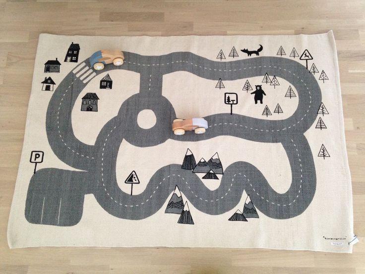 Virkelig lækkert legetæppe fra Bloomingville - passer perfekt til de fine legetøjsbiler i træ fra Bloomingville