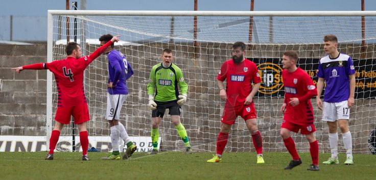Queen's Park's keeper Wullie Muir encourages his side during the SPFL League Two game between East Fife and Queen's Park.