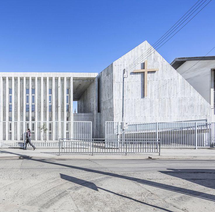 El terremoto de 8,8 grados en la escala de Richter que sacudió a Chile en febrero de 2010 destruyó la mitad de las instalaciones del Colegio Santa Rosa, albergadas en un antiguo edificio de adobe de la ciudad costera de Constitución.