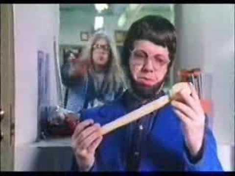 Kummeli Stories - Speedy ja Saku. Kummeli on loistava esimerkki 90-luvulle tyypillisestä populaarikulttuurin alalajista, komediasarjasta, jonka hauskuus perustui paikoin älyttömältä tuntuviin asioihin (kuten oheisessa banaanikärpäsen silmien värin syyhyn)